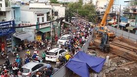 范世顯街上的一工程施工不僅阻礙了該路段的交通,還攪亂了該區域的民眾生活。