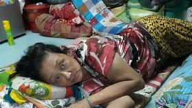 江妹的房子狹小,病重的她只能躺在地板上。
