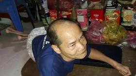 黃文南只能躺在地上爬著移動。