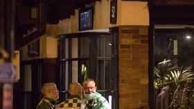當地時間16日晚,2名顧客(一男一女)在索爾茲伯里市中心意大利連鎖餐廳Prezzo用餐時突感身體不適,警方封鎖了該餐館。(圖源:Getty Images)
