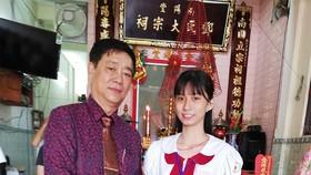 鄧氏宗祠理事長鄧榮(左)向鄧美心 特別優秀生頒發三份獎學金。