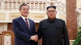 朝最高領導人金正恩(右)與韓總統文在寅在平壤會晤。(圖源:Pyongyang Press)