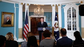 美國國務卿蓬佩奧當地時間17日說,美國將在2019財年最多接收3萬名難民,與今年相比降幅超三成,為近40年來最低水準。(圖源:AP)