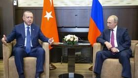 俄羅斯總統普京(右)於周一(17日)在黑海城巿索契與土耳其總統埃爾多安會晤。(圖源:AP)