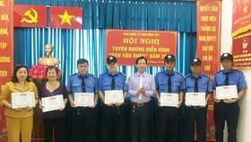 應氏蓮(左二)獲平西市場管委會頒發獎章。