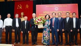 中央民運部長張氏梅(中)向越南天主教團結委員會代表團贈送鮮花表示祝賀。
