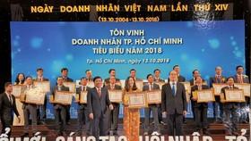 市領導頒發獎狀給華人女企業家杭佩娟。