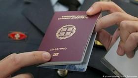 """歐盟""""黃金簽證""""將帶來洗錢風險。圖為希臘護照。(圖源:DPA)"""