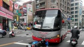 他逆向行駛,撞上了公車……(示意圖源:互聯網)