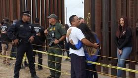 來自約250個家庭的3000名左右參與者在數分鐘時間內相互擁抱和交談。現場拉起黃色警戒線,美國邊防巡邏隊和墨西哥警方全程監控活動。(圖源:AFP)