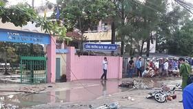 安陸龍初中學校門前的中壓站電線斷開掉落,導致該校6名學生傷亡事故的現場。(圖源:明山)