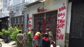 阮氏玉孝教師的住屋遭人潑油漆和蝦醬,職能力量聞訊後抵達現場勘驗並展開調查。(圖源:長黃)