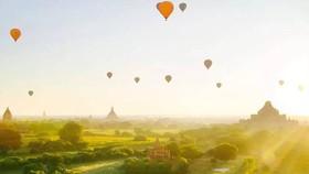 上十個熱氣球在蒲甘空中漂浮,帶來難得一見的壯美景觀。