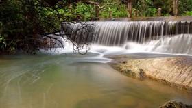 """來到""""梅""""瀑布的熱水湖,遊客可以探索大自然並在熱水、泥漿裡浸泡。"""