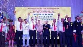 海南聯友龍獅團新任理事會就職並向來賓舉杯致敬。