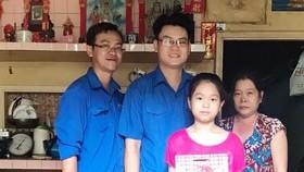 第五郡第十一坊共青團向郡內家境貧困的華人少兒贈送禮物。