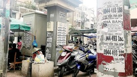 第三郡阮廷炤街焦園街市前的電線杆、電箱被貼滿廣告。