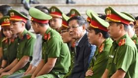 被告人潘文永(右三)出庭受審。(圖源:德煌)