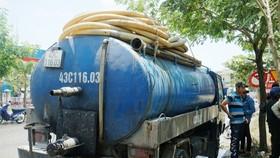 違反環境保護規定排放危害廢棄物的吸糞車。