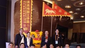 仁義堂龍獅團團長劉劍昌(後排右二)與 隊員們獲勝後合照。