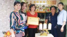家住第五坊白雲街93/98號華人婦女馬倫黛剛獲得郡婦女會贈送謀生工具。