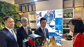 越南駐上海總領事甯成功(左三)參觀越南館。