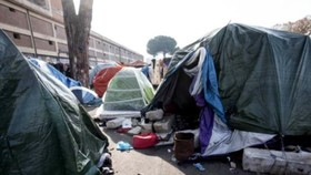 位於羅馬迪布勒迪納火車站曼蘇爾廣場的難民非法宿營地。(圖源:互聯網)