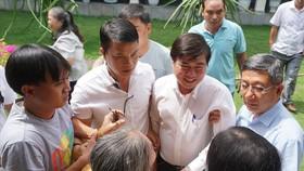 市人委會主席阮成鋒與守添民眾會晤。(圖源:明君)