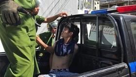 毆打債務人入院的1名放高利貸歹徒被警方押送往派出所。(圖源:黎潤)