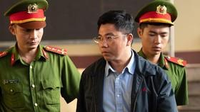 被告人阮文陽被押送到法庭。(圖源:進俊)