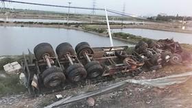 猛烈碰撞導致51C車牌牽引的集裝箱車失控撞毀約100米邊坡,隨後翻落約3米深的深淵。(圖源:士和)