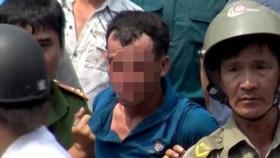 被抓獲並押送往公安派出所時的嫌犯朱容成。