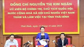 國會主席阮氏金銀(中)在會議上發表講話。。
