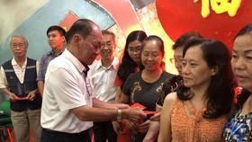 劉厚全副董事長代表董事會向老師們頒發獎金以致謝和祝賀。