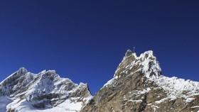 這是11月16日拍攝的瑞士少女峰下阿萊奇冰川上的世界最大明信片。(圖源:新華網)