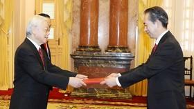 熊波大使向黨中央總書記、國家主席阮富仲呈遞國書。(圖源:越通社)