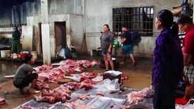 被檢查隊突擊檢查時的非法豬隻屠宰場現場。(圖源:中英)