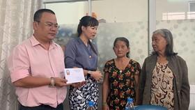 第十一郡企業家協會執委會代表分別贈送給華人婦女黃玉亮及阮金英各600萬元,以協助她們治病。
