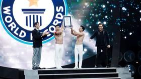 華人雜技兄弟創下新世界紀錄。(圖源:越科)