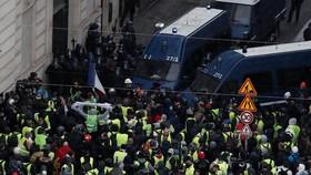 法國黃背心運動:示威者在巴黎與警方出現衝突場面。(圖源:路透社)