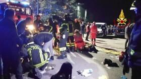 12月8日,消防員在意大利安科納市附近的踩踏事故現場施救。(圖源:EFE)