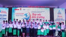Trao học bổng Tiếp sức đến trường cho 144 tân sinh viên Quảng Nam - Đà Nẵng