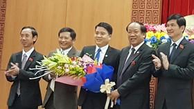 Ông Trần Văn Tân (thứ 3 từ trái sang) được bầu làm Phó Chủ tịch UBND tỉnh Quảng Nam