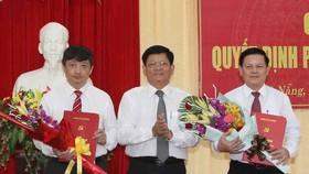 Ông Võ Công Trí, Phó Bí thư Thành ủy Đà Nẵng trao quyết định cho ông Đặng Việt Dũng (trái) và ông Trần Đình Hồng (phải)