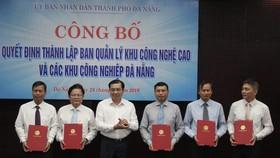 Ông Huỳnh Đức Thơ, Chủ tịch UBND TP Đà Nẵng trao quyết định bổ nhiệm ban lãnh đạo của BQL