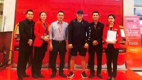 Đại diện Jetstar Pacific trao trả lại toàn bộ số tiền và túi xách cho ông Randy T. người Mỹ gốc Việt