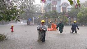 UBND quận Hải Châu huy động lực lượng và phao cứu sinh đến khu vực phường Hòa Thuận Tây để đưa dân ra khỏi vùng nguy hiểm