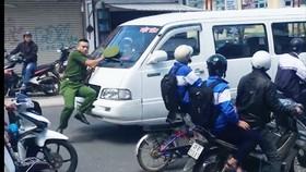 Tài xế ủi công an giữa phố khi chạy ô tô vào đường cấm