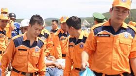 Cứu 10 ngư dân bị ngộ độc sau khi ăn cá chình