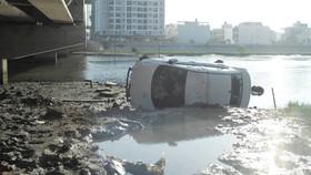 """Taxi """"bay"""" qua lan can cầu, rơi xuống nước từ độ cao 6m"""